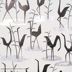 Papel Pintado Cordonne 91008, papel en blanco, gris y negro con aves caminando libremente y en diferentes direcciones a lo largo de todo el papel.