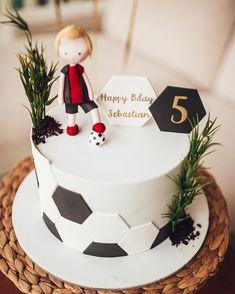 Football Cake Design, Football Cakes For Boys, Football Cake Decorations, Soccer Cakes, Sports Birthday Cakes, Football Birthday Cake, Sports Themed Cakes, Cake Decorating Videos, Birthday Cake Decorating