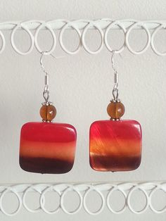 Boucles d'oreille perles nacre carré rouge orange marron : Boucles d'oreille par d-un-reve-une-creation