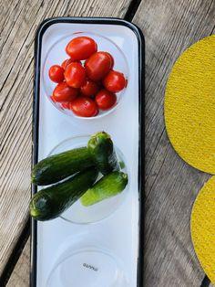 """Die Gläser """"Corky"""" von Muuto sind mundgeblasen und handpoliert. Sie überzeugen durch ihr schlichtes, zeitloses Design. Plastic Cutting Board, Zucchini, Stuffed Peppers, Vegetables, Food, Design, Carafe, Bubbles, Stuffed Pepper"""
