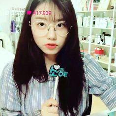 Kim Sohye V-Live Part. 2!!!!!! Eu quero esse óculos!