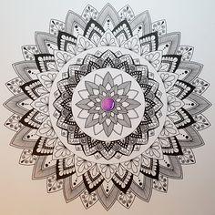 Mein neuestes Hobby: Zeichnen von Mandalas und Zentangles :-) Das macht tierischen Spass, lässt das Hirn einfach mal Hirn sein und man kann niemalsnicht aufhören. Man braucht (je nach L…