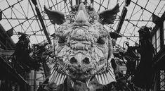 Pendant trois jours de spectacles, sera dévoilé le #Dragon de Calais, aux Machines de l'Île de #Nantes. Réalisé en acier, en bois et en cuir, il est à découvrir à partir de demain ! #LeMetalist Sculptures, Lion Sculpture, Dragon, Calais, Carousel, Owl, Fair Grounds, Statue, Animals