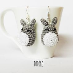 Orecchini amigurumi uncinetto Totoro di MrsPoppyAmigurumi su Etsy Totoro, Hama Beads, Needlework, Drop Earrings, Knitting, Crochet, Fun, Etsy, Jewelry