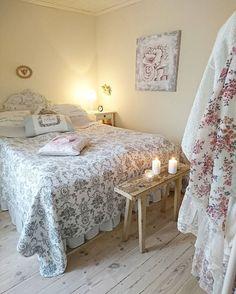 Sovrummet... Master bedroom...  Hoppas ni har en härlig torsdag, själv ska vi testa ett vitt vin som är blått?! Spännande... #interiordesign #inredning #country #countryhome #interior #lantligahem #lantligt #bedroom #sovrum #vackrahem #dreamhomes #lantliv #countrystyle #lantliginspiration