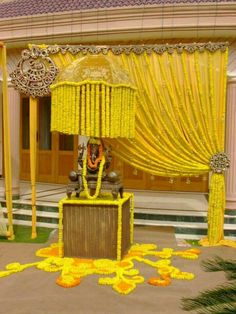 Looking for latest Outdoor Wedding Decorations? Check out the trending images of the best Indian Outdoor Wedding Decoration ideas. Marriage Decoration, Wedding Stage Decorations, Diwali Decorations, Festival Decorations, Flower Decorations, Garland Wedding, Housewarming Decorations, Ganapati Decoration, Decoration For Ganpati