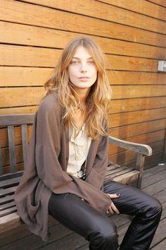 Daria Werbowy en 2006 en coulisses d'un défilé: http://www.vogue.fr/mode/cover-girls/diaporama/le-top-daria-werbowy-en-50-looks/6913#27