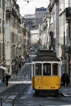 Cinco tesoros que esconde Lisboa | Via Viajestic | 6/02/2014 Lisboa es una ciudad repleta de tesoros, casi todos ellos al alcance de cualquiera que se atreva a descubrirla zancada a zancada. La capital lusa, además de conquistar a los turistas que la incluyan en sus planes, sorprende por estar construida sobre un enclave geográfico cuanto menos singular: siete colinas y la desembocadura del río Tajo. #Portugal