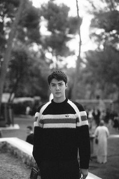 By keeping things simple and sexy, EXO member, Sehun was the best dressed man at Louis Vuitton. Baekhyun, Park Chanyeol, Shinee, Kai, Sehun Cute, Exo Lockscreen, Pelo Bob, Kim Minseok, Cruise Collection
