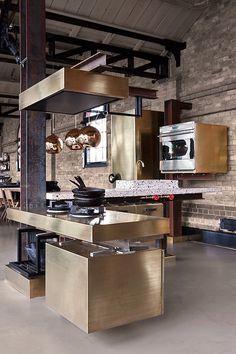 On aime cette cuisine Tom Dixon, inspiration brique et cuivre