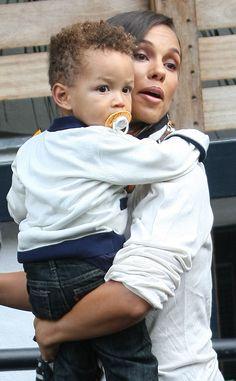 Alicia Keys würde am liebsten jeden einzelnen Augenblick mit ihrem Sohn Egypt verbringen! Der Kleine ist angeblich schon ein richtiger Casanova, kürzlich hat er Blue Ivy, die kleine Tochter von Beyoncé und Jay-Z geküsst!