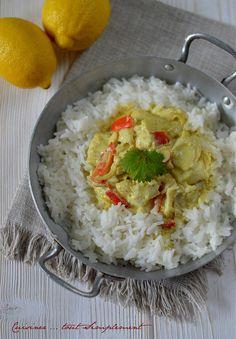 Un curry comme je les aime ... Ingrédients ( pour 4 personnes ) 600g de dos de cabillaud 1 gros poivron rouge 500ml de lait de CoCo 1 oignon 1/2 citron 2càs de curry en poudre 2 gousses d'ail quelques feuilles de coriandre 3càs d'huile d'olive sel Préparation...