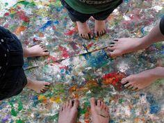 Leuke activiteiten met kinderen ondernemen! Verven met de voeten op een groot oppervlak behangpapier. Goed voor de sensomotorische- en tactiele ontwikkeling!