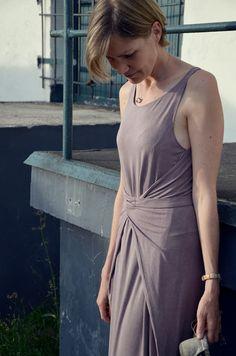 Kielo Wrap Dress vorne gewickelt in der langen Version aus Vintage Jersey. Das Kleid ging leicht zu nähen und trägt sich sehr angenehm. Genäht von Elle Puls.