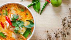 世界三大スープの1つとも言われる「トムヤムクン」。辛味と酸味、エキゾチックな香りがクセになるタイ料理の定番ですが、身近な材料でも意外とおいしく作れるんですよ。今回は、お家でも手軽に楽しめるトムヤムクンのレシピをご紹介しますね。 香りの決め手