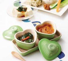 【梅みそ・青じそ漬け】夏に大活躍のストックレシピ。梅みそはディップソースやお料理の調味料として、青じそ漬けはご飯に混ぜたりトッピングにと、使い方いろいろ。  http://lecreuset.jp/community/recipe/umemiso_aojisozuke/