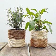 Les voilà les voilà ! ⚠ Les 2 premiers cache-pots bicolores !   Ça rend bien, j'aime beaucoup ! Et vous ??  Toujours avec boîtes de conserve recyclées et corde de fibres végétales ♻  calluneboutique.etsy.com  #Callune #décoration #faitmain #créateur #boheme ##cachepot #corde #cordage #plantes #végétal #sisal House Plants Decor, Plant Decor, Diy Crafts For Home Decor, Jute Crafts, Plant Basket, Boho Diy, Diy Planters, Bottle Crafts, Sisal