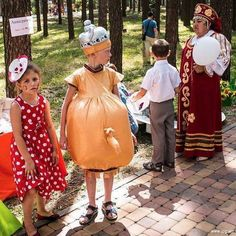 Fancy dress day in Russia. Fancy Dress Costumes Couples, Family Costumes, Scary Halloween Costumes, Couple Halloween, Diy Halloween, Meanwhile In Russia, Ivory Bridesmaid Dresses, Wow Video, Funny Couples