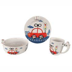 Il set è composto da piatto, ciotolae tazza realizzati in porcellana. Divertenti disegni stilizzati come fumetti, arricchiscono piatti e tazza per rendere più semplici e giocosi pranzi e cene. Viene consegnato in confezione regalo. Lavabile in lavastoviglie e riscaldabile in microonde. Misure piatto: cm. 17,5 Misure ciotola: cm. 12,5×5 Misure tazza: cm. 7×8