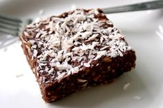 How to Make a Raw Vegan Brownie. Raw vegan brownies with a coconut or cocoa topping make a delicious and healthy dessert or treat. Desserts Crus, Desserts Sains, Raw Desserts, Chocolate Desserts, Healthy Desserts, Raw Food Recipes, Just Desserts, Sweet Recipes, Dessert Recipes