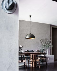 Love the idea of comfy bench seating and #HansJWegner 'Wishbone' chairs on the opposite side #diningroom #dining #diningroomideas