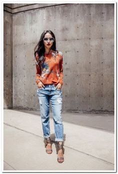 Meet Casual The perfect combo pairing printed cashmere with distressed cropped boyfriend denim.The perfect combo pairing printed cashmere with distressed cropped boyfriend denim. Urbane Mode, Moda Hippie, Look Fashion, Womens Fashion, Classic Fashion, Classic Style, Swag Fashion, Feminine Fashion, Fashion 2018