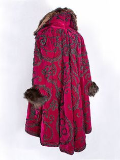 Gallery of Edwardian vintage clothing at Vintage Textile Magenta velvet coat trimmed with scrolling vines of ruched black chiffon, fur collar and cuffs. 1900s Fashion, Edwardian Fashion, Vintage Fashion, Edwardian Era, Vintage Coat, Mode Vintage, Antique Clothing, Historical Clothing, Vintage Dresses