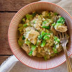 This set-it-and-forget-it one-pot meal is full of tender chunks of chicken breast, garlic, broccoli, and brown rice. Parmesan and light sour cream make for a rich-tasting finished dish. Slow Cooker Huhn, Slow Cooker Chicken, Slow Cooker Recipes, Crockpot Recipes, Cooking Recipes, Healthy Recipes, Cooking Ideas, Veggie Recipes, Healthy Meals