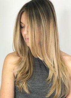 Absteigende Stufenschnitt zur Face-FramingMit gestuften Haarschnitten für langes Haar können Sie auch kühnere Längen gegen die Vorderseite Ihres Gesichts spielen. Schneiden Sie lange, gradlinige, facettenreiche Stufen für eine aktualisierte Rachel Green-Frisur. Lust auf Farbe? Versuchen Sie einen subtilen Balayage mit gestreckten Wurzeln.