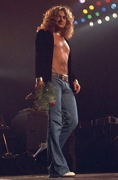 Robert Plant of Led Zeppelin. Something about him carrying that rose melts my heart. Sexy as hell. Robert Plant Led Zeppelin, Led Zeppelin Art, Jimmy Page, Robert Plant Young, John Stamos, Rock And Roll, The Rock, Hard Rock, Robert Plant Quotes