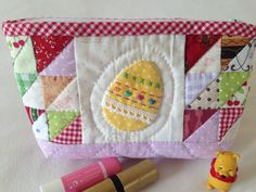 astuccio portatrucco uovo di pasqua/ patchwork astuccio pasta/ novo di pasqua / regalo Pasqua/quilted patchwork cosmetic bag with easter egg Quilt Making, Washi, Pot Holders, Pouch, Quilts, How To Make, Etsy, Hot Pads, Potholders