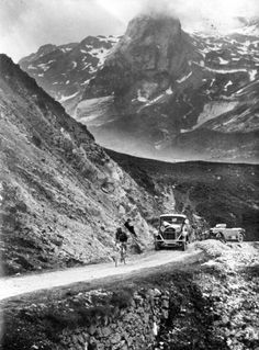 Wielrennen, Tour de France 1925. De Italiaan Ottavio Bottecchia rijdt hier…