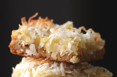 Pineapple Coconut Bars~ A crisp shortbread crust is topped with a chewy gooey layer of pineapple and coconut to make these Pineapple Coconut Bars. Not too sweet and slightly tart, these bars are a fruity tropical drink in bar cookie form Köstliche Desserts, Delicious Desserts, Yummy Food, Barefeet In The Kitchen, 16 Bars, Coconut Bars, Coconut Manna, Coconut Milk, Steak Bites