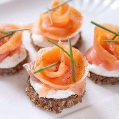 Roselline di salmone con yogurt greco e pane nero. Nuove idee per le mie #ricettedellefeste su #lennesimoblogdicucina