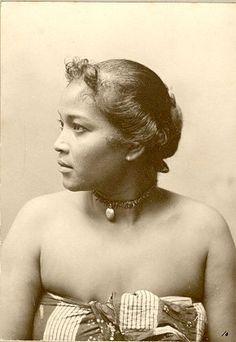Studioportet van Javaanse vrouw, Medan, Sumatra, Indonesië (1898-1915)