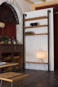 Noir oxydé bibliothèque de fer, style industriel, avec soudures apparentes. Vous pouvez aussi peindre une couleur de votre choix.  Bois peuvent avoir la forme du tronc sur les bords, ou il peut être coupé pour les planches droites. Se fait sur demande, sur vos indications de hauteur, largeur et nombre de tablettes.  Photos et Mensurations se réfèrent à ceux déjà construits, ne sont pas contraignantes : cèdre, 4 étagères, 110 x 220 cm ; bois d'Acacia, 160 x 220 cm, 5 tablettes.  Tailles et…