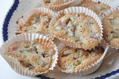 Makronmuffins med rabarber muffins opskrift | nogetiovnen.dk Baking Muffins, Danish Food, Twists, Macarons, Food Porn, Food And Drink, Cupcakes, Sugar, Fruit