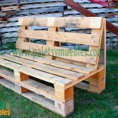 DIY Reclaimed Wood Furniture: Pallet to Coffee Table Diy Furniture Couch, Wooden Pallet Furniture, Diy Furniture Projects, Diy Pallet Projects, Wooden Pallets, Garden Furniture, Pallet Walls, 1001 Pallets, Recycled Pallets