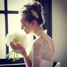 一生で一番幸せな瞬間・・・だから最高のおしゃれをして結婚式に臨みたい♡ 花嫁さんなら当然そう思いますよね。可愛い花嫁さん、清らかな花嫁さん、美しい花嫁さん、あなたが望むイメージはどれですか?あなたのイメージにあう髪型を、スタイル別にご紹介します。きっとお気に入りの髪型が見つかりますよ。