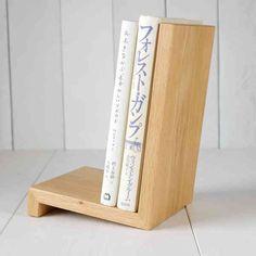 自立するから好きな場所に置いておけます。木製ブックスタンド。の画像
