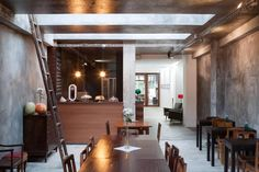 Os melhores restaurantes para comer bem rodeado de design e bom gosto. // The best restaurants to eat well surrounded by design and good taste. Bar Street, Style Guides, New Homes, Dining Table, Cool Stuff, Kitchen, House, Furniture, Portugal