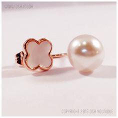 Descrizione: Orecchino con perla sospesa Materiale: Perla simulata e montatura in acciaio inossidabile placcata oro rosa dettaglio a lobo in madreperla naturale.