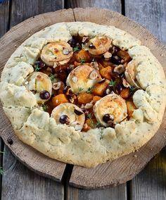 Tarte rustique au potiron, fromage de chèvre et noisettes A pumpkin pie, goat cheese and hazelnuts to make without a mold.