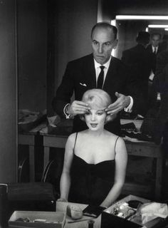 "Marilyn Monroe and ""hairdresser to the stars"" Sydney Guilaroff in her dressing room during the filming of Let's Make Love, Photo by John Bryson. Marilyn Monroe Hair, Marilyn Monroe Quotes, Classic Hollywood, Old Hollywood, Hollywood Actresses, Sydney, 1960s Hair, Lets Make Love, Norma Jeane"