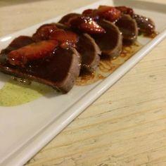 #tataki de #atún con #vinagreta de fresas y mayonesa de cilantro  @aulacanelafina #miquelantoja #food #instafood #tuna #strawberry #instagrames #futurechef #foodnet #instafoodie #cooking #cookingclass by m.aguaza