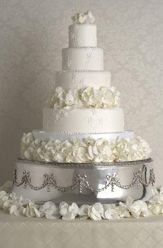 Peggy Porschen 'Appliqué Hydrangea' Photography by Georgia Glynn Smith View wedding cake collection http://www.peggyporschen.com/wedding-cakes