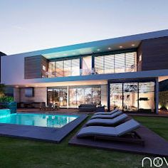 Fachada posterior: Casas de estilo moderno por Nova Arquitectura