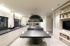 Villa de 1.200m2 en Barcelona : Cocinas de estilo minimalista de Sara Folch Interior Designer. https://www.homify.es/libros_de_ideas/25201/7-tendencias-de-cocina-para-esta-primavera