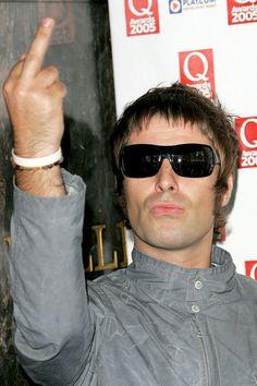 Liam Gallagher Oasis, Noel Gallagher, Rude Finger, Rock Vintage, Oasis Band, Britpop, Rockn Roll, Rock Legends, Mod Fashion