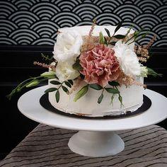 Retour sur les commandes du weekend dernier... . . . #food #pastry #patisserie #traiteursurmesure #pastrychef #frenchpastry #delicatessenbakery #artisanpatissier #traiteursurmesure #specialorder #foodporn #foodevent #cake #nakedcake #dessert #gateau #weddingcake #wedding #mariage #anniversaire #birthdaycake #flowercake #bohochic #foodstyling #foodphoto #instagood #instabake #instafood #f52grams #homemade #naturel